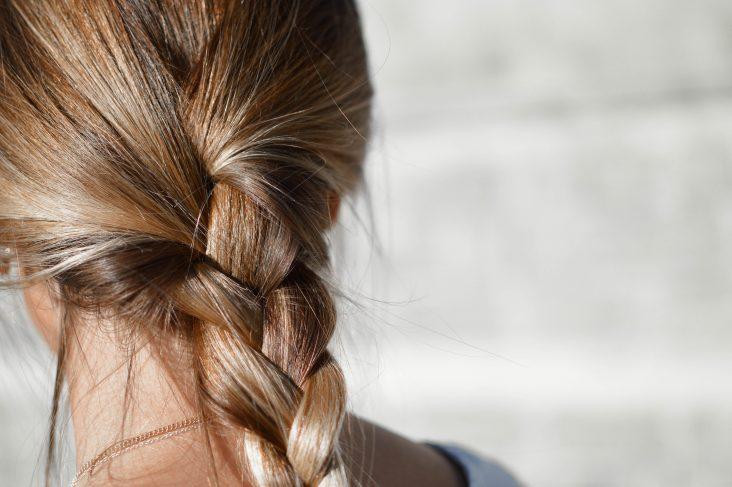 Curare i capelli in estate con i prodotti termali (Ph. Tamara Bellis on Unsplash)